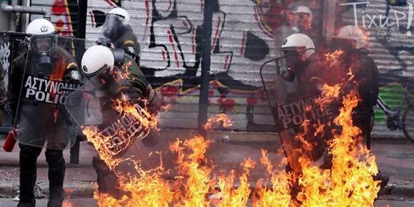 Grèce - Manifestation - Police en feu