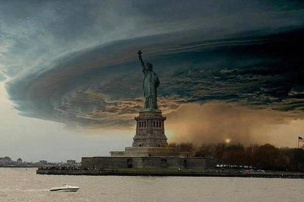 [Photo] L'ouragan Sandy survole la statue de la Liberté