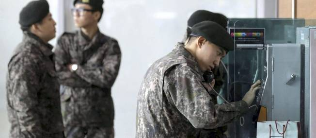 Soldats sud-coréens apprenant la nouvelle de l'essai nucléaire