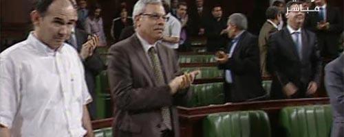 Hommage aux forces de l'ordre dans l'Assemblée nationale constituante
