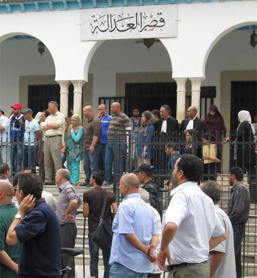 Des manifestants crient ''La Ilaha Illa Allah'' devant le Palais de Justice à Kairouan