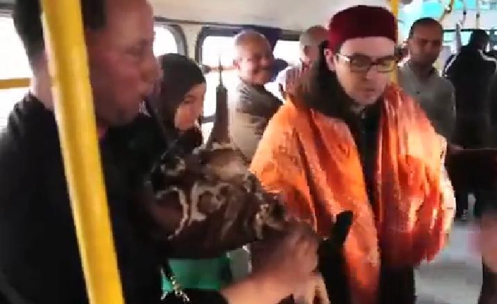 Troupe de Mezwed dans un bus