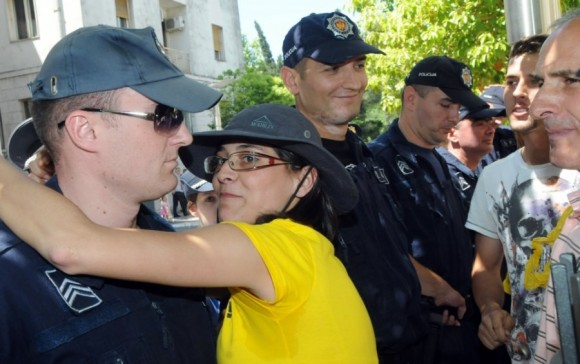 Vanja Calovic embrassant un policier dans l'exercice de ses fonctions