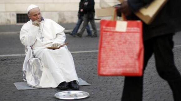 Ressemblant trop à Jean Paul II, un faux pape a été arrêté en Italie !