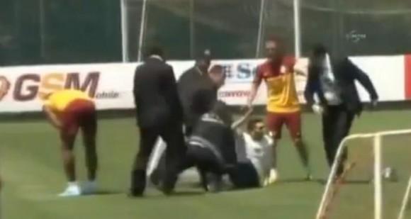 Galatasaray : un fan tacle Drogba !