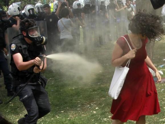 2457080_manifestation-turquie-symbole-la-femme-en-rouge