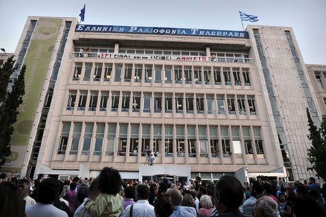 526639-des-milliers-de-manifestants-rassembles-devant-le-siege-de-la-television-publique-grecque-ert-le-11- (1)