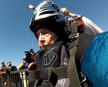 Dorothy fête son 102ème anniversaire en parachute