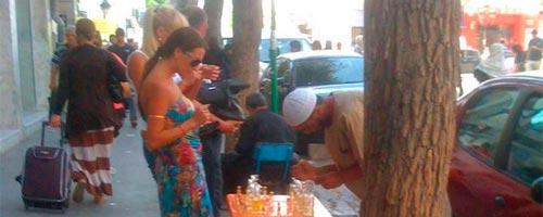 """Inédit - Photo du jour : Les touristes en Tunisie s'intéressent au """"3itr"""""""