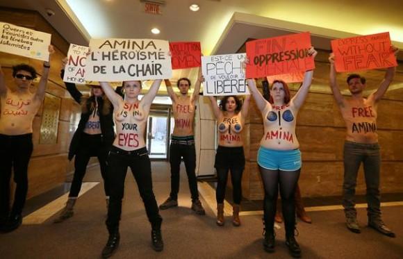 Des Femen d'Europe affichant des pancartes de soutien à leur collègue Amina