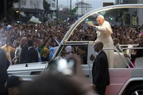 Le-pape-Francois-ouvre-avec-les-Bresiliens-un-dialogue-entre-amis_article_popin