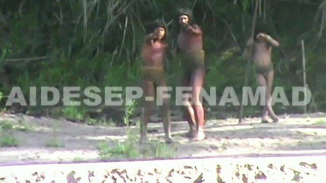 La tribu a été filmé en contact avec une autre communauté à distance.