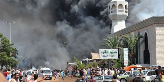 Une épaisse fumée noire a envahi Tripoli, la deuxième ville du Liban, après une double explosion qui a fait plusieurs dizaines de morts. | AFP/IBRAHIM CHALHOUB