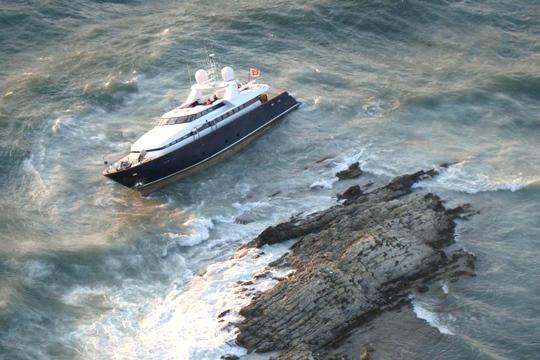 436758-un-yacht-s-echoue-a-saint-jean-cap-ferrat