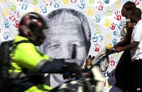 Le visage de M. Mandela dans un bannières dans les villes sud-africaines.