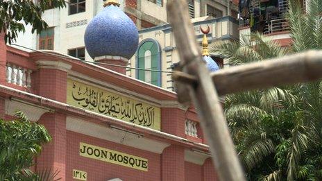 Les musulmans veillent sur la mosquée Joon, le plus grand à Mandalay, tous les soirs