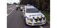 Policiers aidant des habitants paniqués dans les rues. /Photo prise le 16 août 2013/REUTERS/Anthony Phelps (c) Reuters