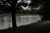 C'est d'un banc près du canal, face au port fluvial, que la mère aurait jeté son enfant dans l'eau.