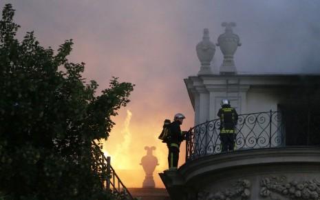 L'homme a porté des personnes âgées dans la rue pour les sauver de l'incendie.