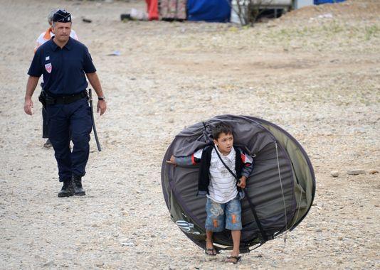 Expulsion d'un camp de Roms, à Saint-Priest, le 28 août 2012. | AFP/PHILIPPE DESMAZES