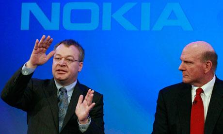 Janvier 2011: le chef de la firme Nokia  Stephen Elop, à gauche, et patron de Microsoft Steve Ballmer ont annoncé que la firme finlandaise va utiliser le système mobile Windows dans ses téléphones portables.