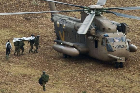 Les troupes israéliennes portent le corps d'un soldat tué en Cisjordanie
