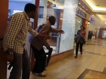 La police kenyane sauver une femme et son enfant au centre commercial Westgate à Nairobi.
