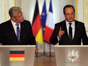 Le président français François Hollande (D) Le président allemand Joachim Gauck (G)