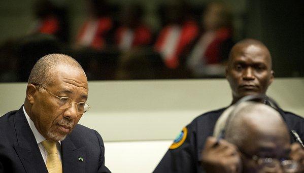L'ancien président libérien Charles Taylor, à gauche, attend le début de son jugement en appel devant le Tribunal spécial pour la Sierra Leone.