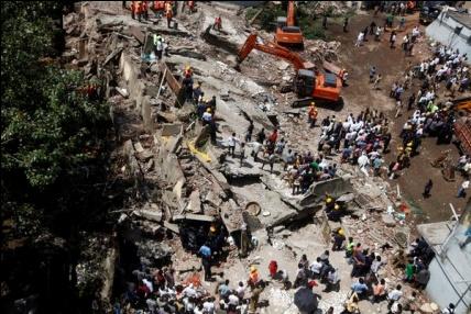 Les secouristes recherchent des survivants à l'emplacement d'un bâtiment qui s'est effondré à Mumbai, en Inde.