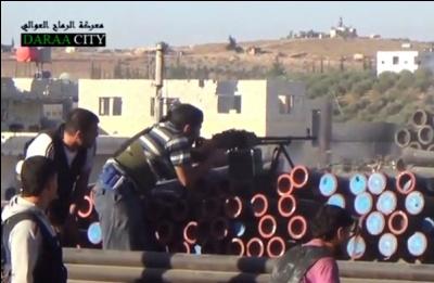 Les Combattants de l'opposition syrienne ouvrent le feu sur les forces gouvernementales près de Deraa, en Syrie.