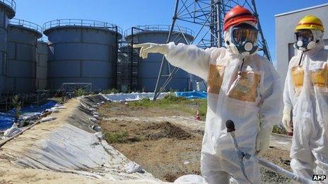 Le ministre japonais de l'Economie Toshimitsu Motegi en train d'inspecter le site le lundi