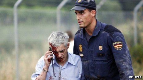 Le conducteur de train Francisco Jose Garzon, vu ici après l'accident, a été emprisonné à l'intérieur de la cabine quand il a fait l'appel téléphonique