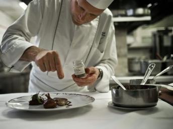 Un chef ajoute la touche finale à son plat