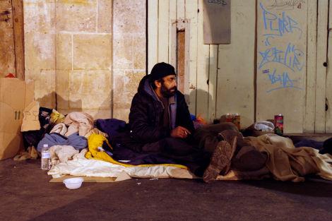 Une attaque à l'arbalète sur des hommes sans-abri laisse un mort