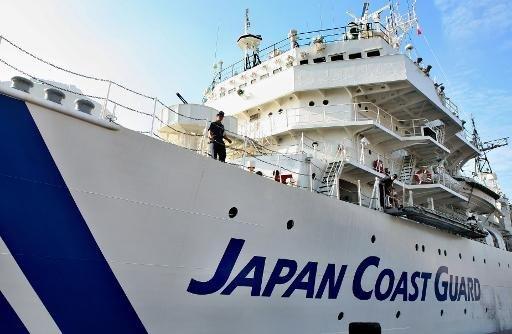 La garde-côtes du Japon était à la recherche vendredi pour six membres d'équipage d'un cargo japonais qui a chaviré après une collision avec un navire immatriculé au Sierra Leone.