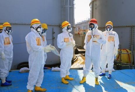 Le Premier ministre japonais Shinzo Abe lors d'une visite du complexe nucléaire de Fukushima