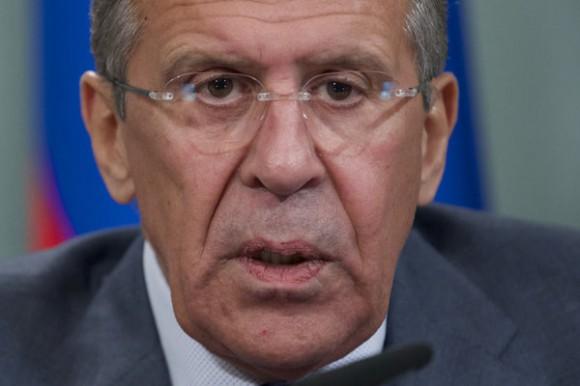 Le ministre russe des Affaires étrangères Sergueï Lavrov tient une conférence de nouvelles après sa rencontre avec son homologue français Laurent Fabius à Moscou.