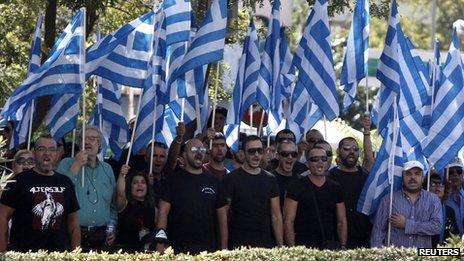 Golden Dawn a appelé à des manifestations contre les arrestations devant le siège de la police.