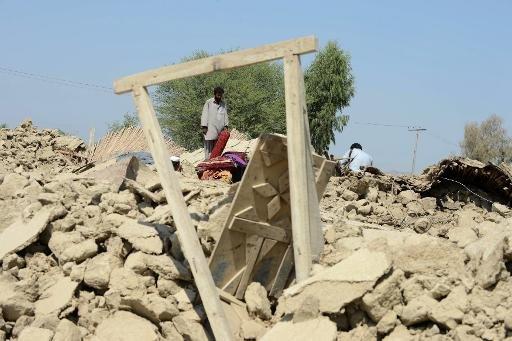 Villageois pakistanais se rassemblent autour de leurs maisons détruites dans le tremblement de terre a dévasté le quartier de Awaran, le 25 Septembre 2013.