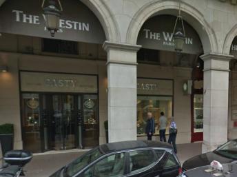 Deux voleurs percuté l'avant d'une boutique de joallier près de la Place Vendôme, aujourd'hui, avant de prendre la fuite avec un butin à valeur d'environ 2 millions d'euros.