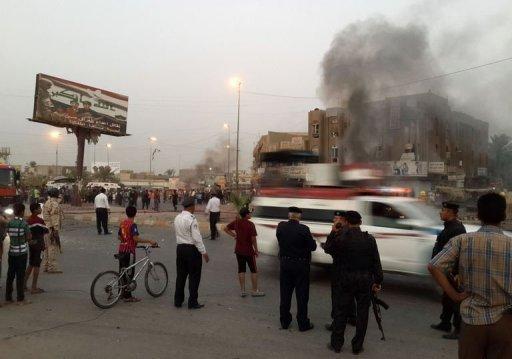 La police irakienne se réunit sur le site d'une voiture piégée dans le quartier de Talibiya de Bagdad, le 3 Septembre 2013.