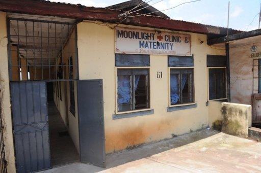 """Vue de la Maternité """"Moonlight"""" du Nigeria, qui a été perquisitionné par des agents paramilitaires qui auraient pris part dans des affaires de trafic de bébés dans la ville du sud-est d'Enugu, le 5 Août 2013."""