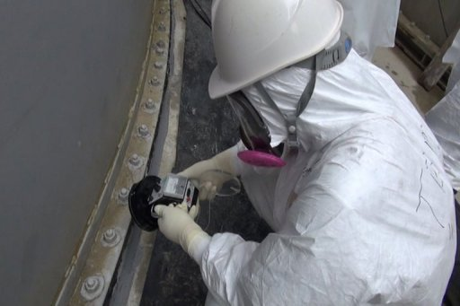 Un employé de TEPCO vérifie la contamination autour d'un réservoir d'eau à Fukushima le 4 Septembre 2013.