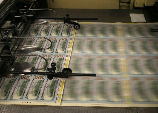 Redessinés billets de 100 $ sont imprimés au Bureau of Engraving and Printing, le 20 mai 2013 à Washington, DC.
