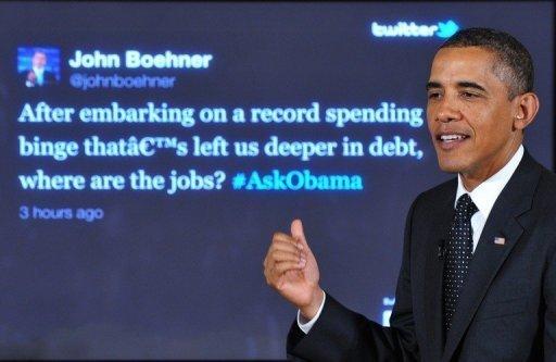 """Le président américain Barack Obama répond à une question du président de la Chambre John Boehner lors d'une """"Twitter Town Hall"""" le 6 Juillet 2011 à la Maison Blanche à Washington, DC."""