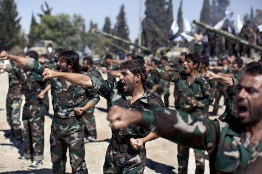 Les membres de brigades rebelles défilé le 13 Septembre 2013 à une ancienne académie militaire au nord d'Alep.