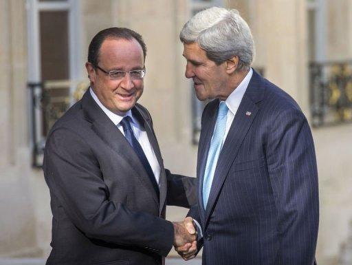 Le président français François Hollande (L) salue le secrétaire d'État américain John Kerry le 16 Septembre 2013, à Paris.