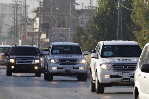 Véhicules de l'ONU transportant des armes chimiques enquêteurs traverser le village libanais de Taanayel après la traversée de la Syrie le 31 Août 2013.