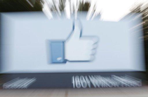 Le côté du logo du bouton Like de Facebook affiché à l'entrée du siège de Facebook à Menlo Park, en Californie, le 18 mai 2012
